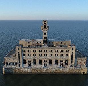 Dron zachytil záběry děsivých opuštěných sovětských zbraní v Kaspickém moři