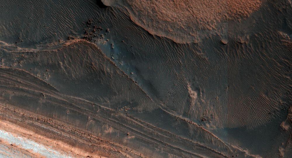 Stopy utrhlé laviny na povrchu Marsu