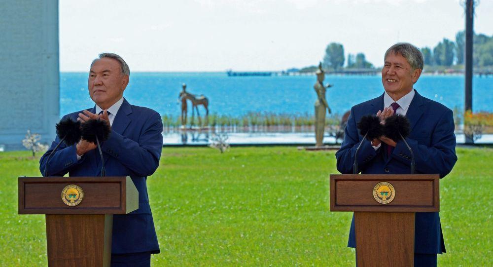 Prezident Kazachstánu Nursultan Nazarbajev a kyrgyzský prezident Almazbek Atambajev