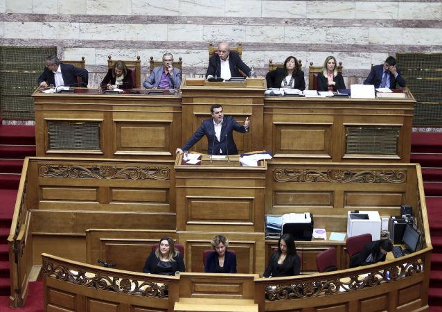 Řecký premiér na jednáních v parlamentu