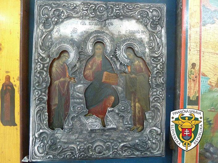 Michalovskí colníci odhalili v lôžkovej časti nákladného automobilu, ktorý cestoval z Ukrajiny na Slovensko, nezákonný dovoz ikon