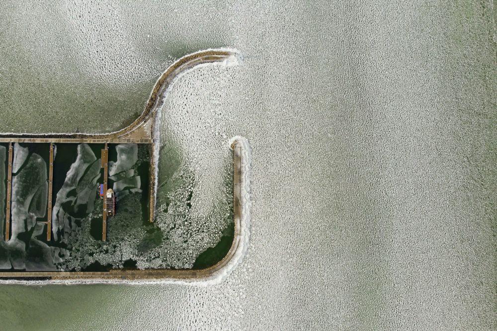 Jachty na zamrzlém jezeře Balaton, Budapešť