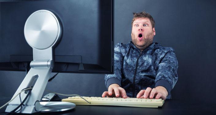Překvapený muž před monitorem. Ilustrační foto