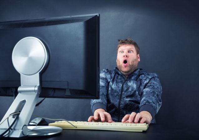 Muž před počítačem