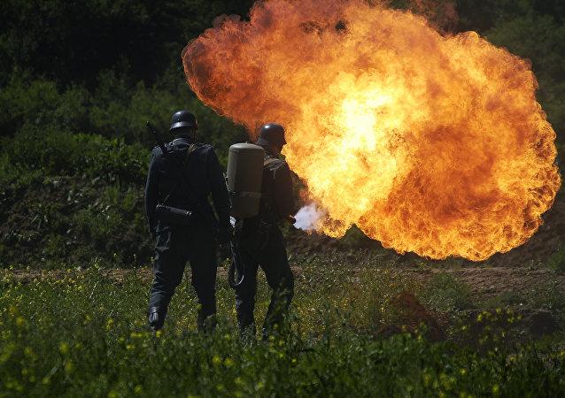 Němečtí vojáci s plamenometem