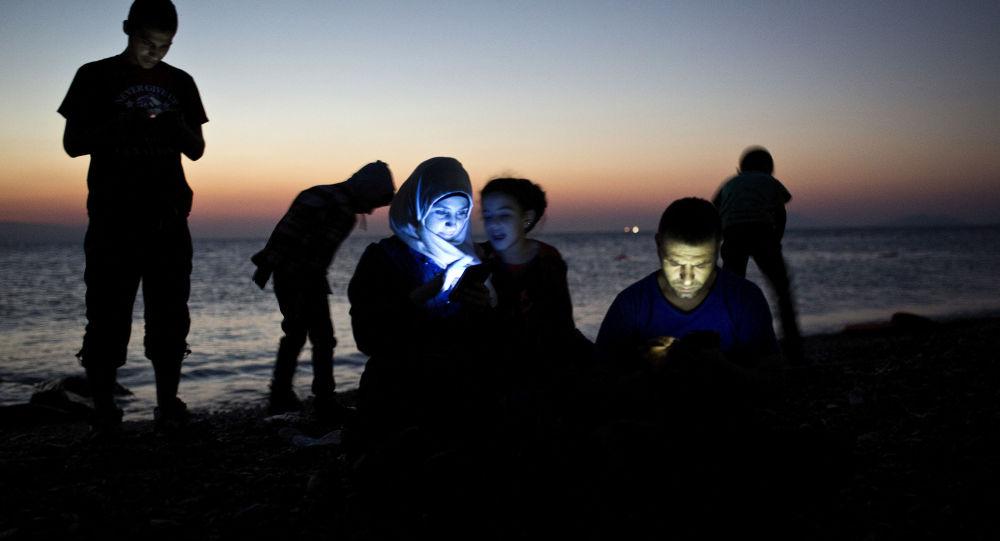 Lidé s mobilními telefony v noci. Ilustrační foto