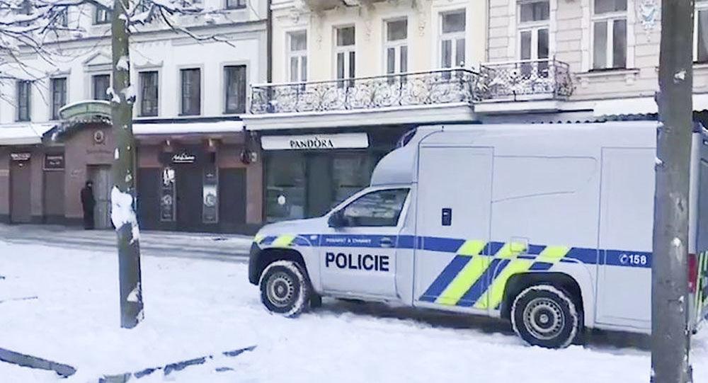 Policejní automobil na místě vyloupeného zlatnictví v Karlových Varech