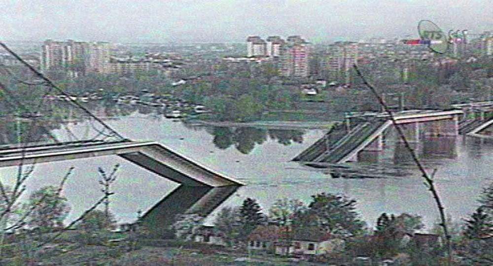 Most vedoucí přes Dunaj, který byl zničen bombardováním NATO, v tehdejším jugoslávském (dnes srbském) městě Novi Sad
