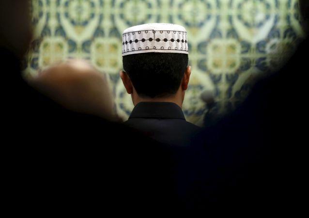 Muslimové v mešitě v Marseilli