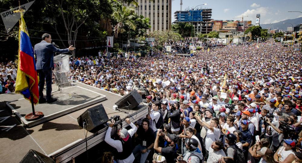 Předseda venezuelského parlamentu a lídr opozice Juan Guiadó se prohlásil za dočasného prezidenta země na mítinku v Caracasu