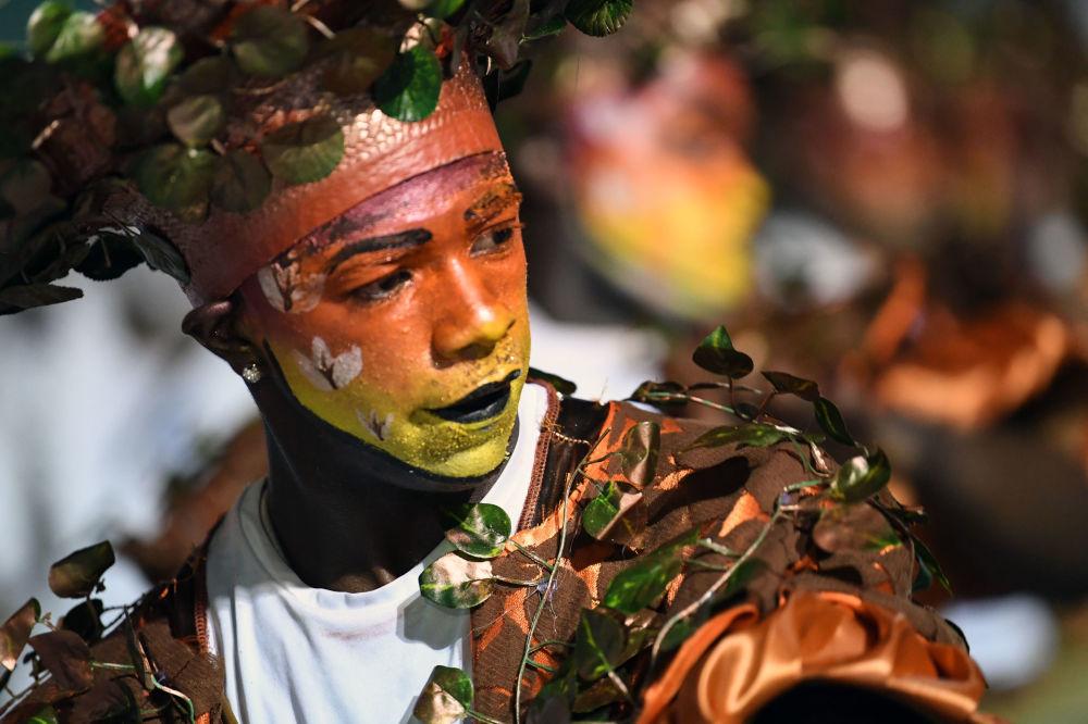 Účastník slavnostní přehlídky na karnevalu v Montevideo, Uruguay