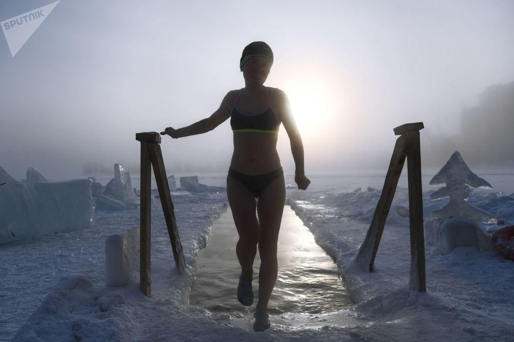 Milovnice otužování a zimního plavání v ruském Novosibirsku.