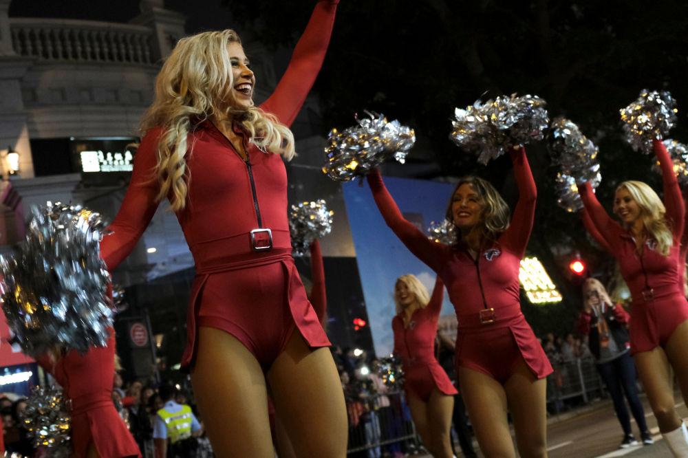 Roztleskávačky ze skupiny Atlanta Falcons Cheerleaders z USA se účastní novoročního nočního průvodu v Hong Kongu.
