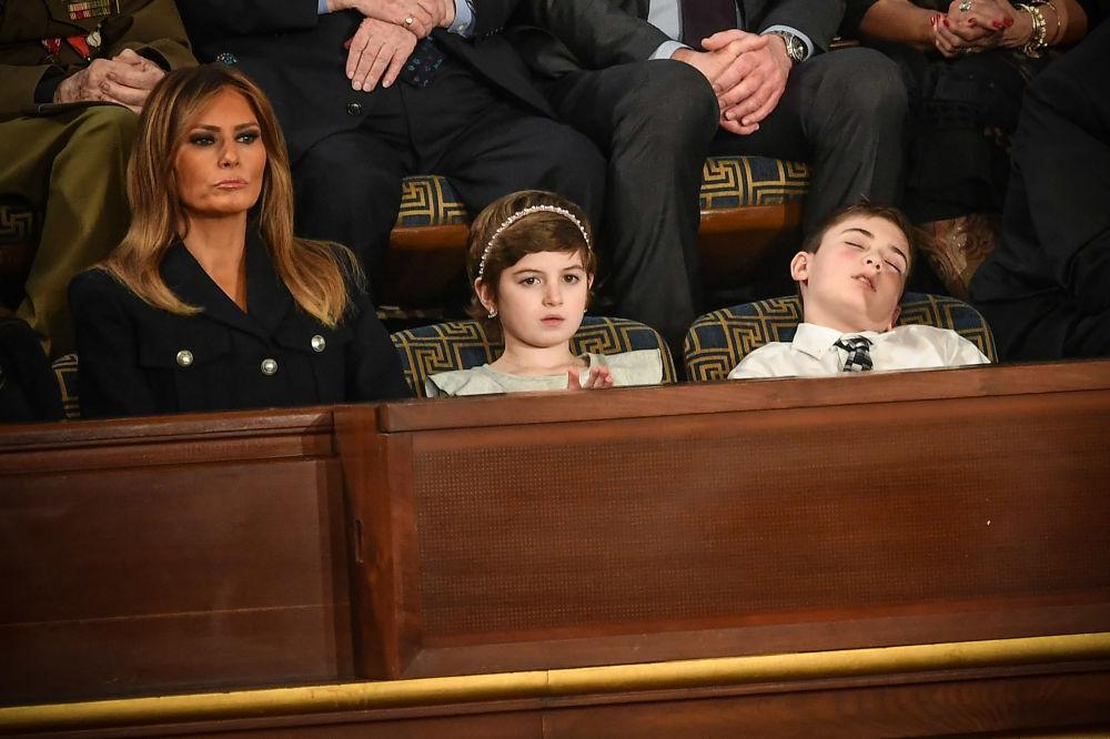 První dáma USA Melania Trumpová, Grace Elineová a americký školák Joshua Trump, kteří se jako hosté zúčastnili prezidentského projevu v Kongresu ve Washingtonu.