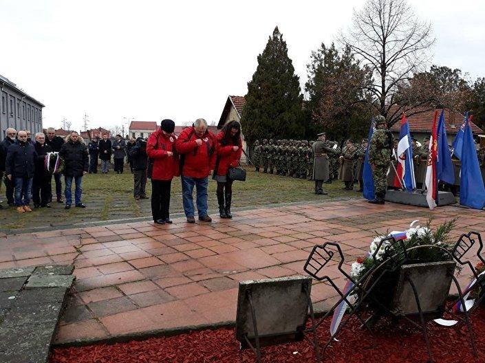 Otevření výstavy předcházelo pokládání věnce k památníku válečným zajatcům.