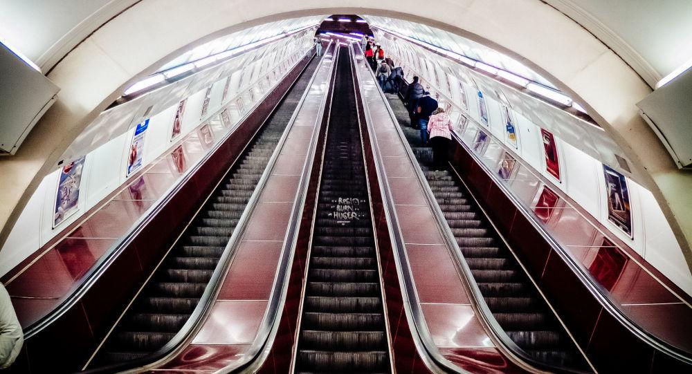 Pohyblivé schodiště v pražském metru