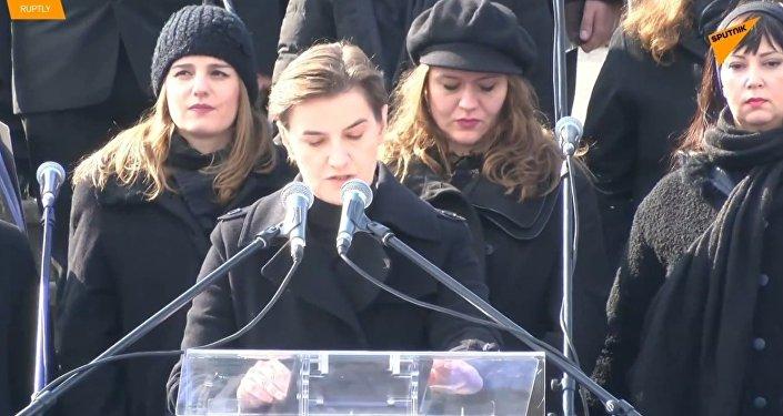 """V Srbsku protestující křičeli """"zrádkyně"""" na premiérku Brnabićovou během oslav Dne státnosti"""