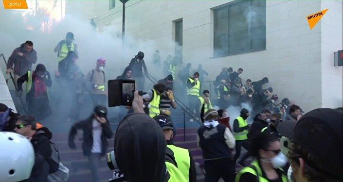 Opět nepokoje a opět plyn: Sobota žlutých vest v Paříži