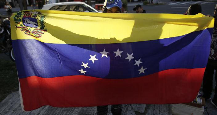 Protestující s vlajkou Venezuely