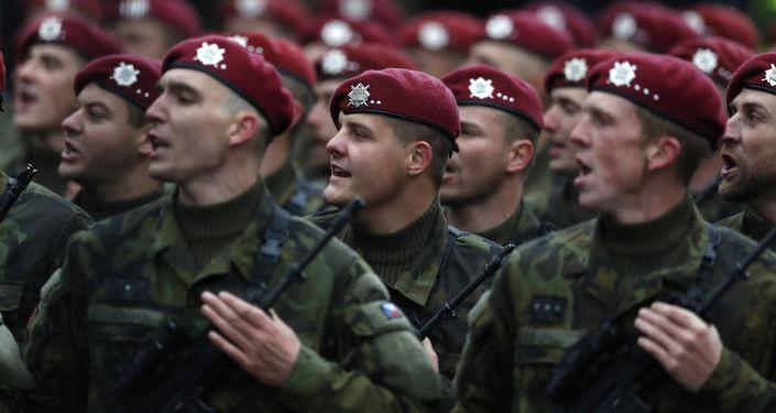 Čeští vojáci na přehlídce na počest 100. výročí založení Československa v Praze. Archivní foto