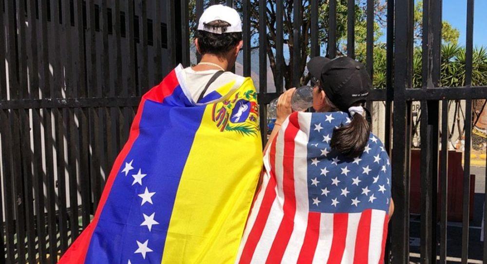 Demonstranti na podporu samozvaného prezidenta Guaidó