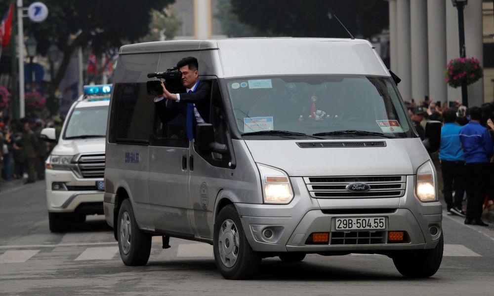 Severokorejský kameraman natáčí vůdce KLDR Kim Čong-una v Hanoji