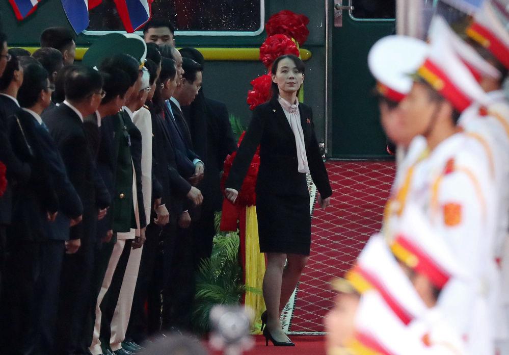 Kim Jo-čong, sestra severokorejského vůdce Kim Čong-una, na nástupišti vietnamské železniční stanice Dong Dang na hranici s Čínou