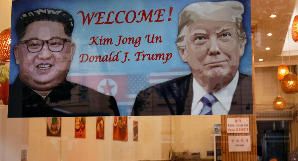 Plakát vítající lídry USA a KLDR, Donalda Trumpa a Kim Čong-una, v Hanoji.