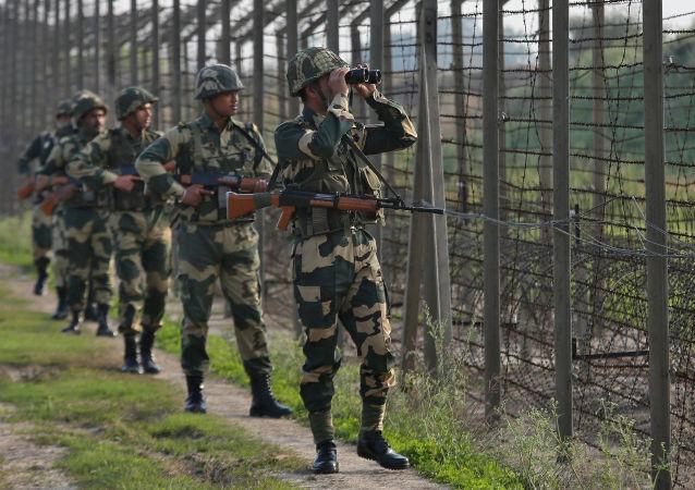 Indičtí pohraničníci hlídají hranici s Pákistánem