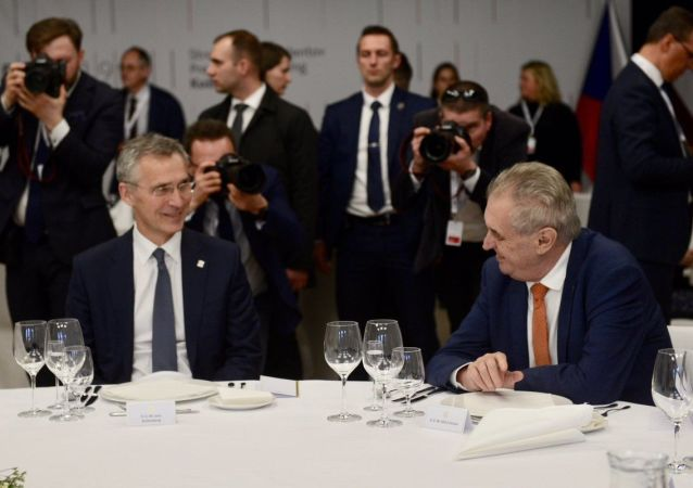 Generální tajemník NATO Jens Stoltenberg a prezident ČR Miloš Zeman.