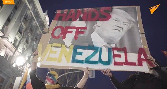 Ruce pryč od Venezuely! V Madridu proběhla demonstrace na podporu Madura