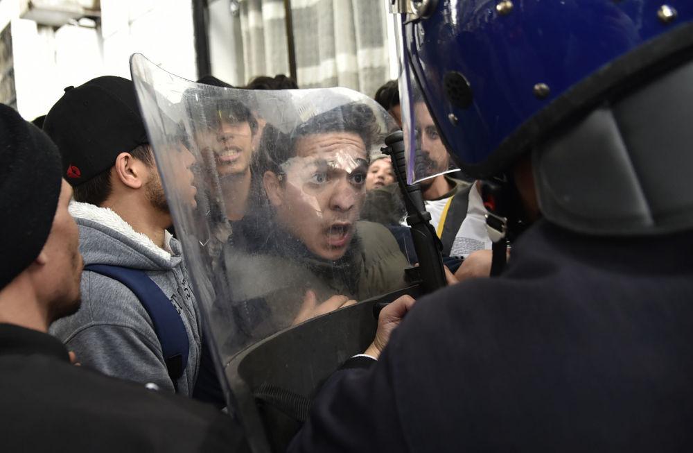Protestní akce studentů v Alžírsku proti jmenování prezidenta Abdelazíza Buteflika na páté období