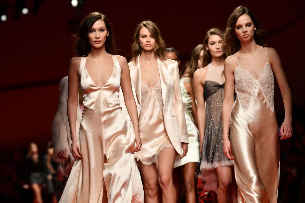 Bella Hadid a další modelky na módní přehlídce v Miláně