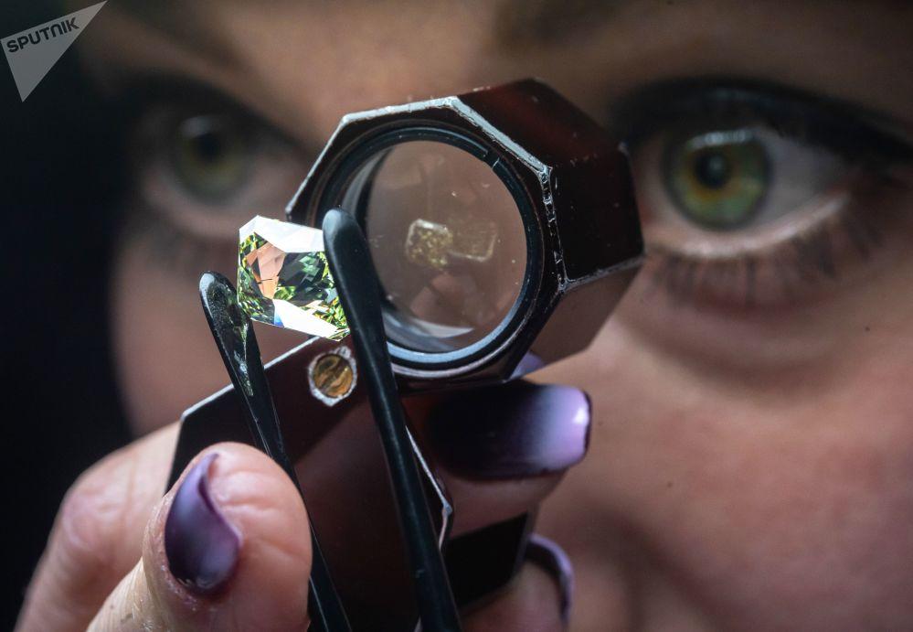Zaměstnankyně hodnotí diamant v dílně technické kontroly a hodnocení společnosti Brilianty Alrosa s. r. o. v Moskvě