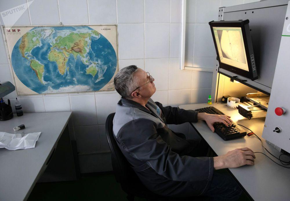 Zaměstnanec v dílně laserového zpracování Brilianty Alrosa s. r. o. v Moskvě