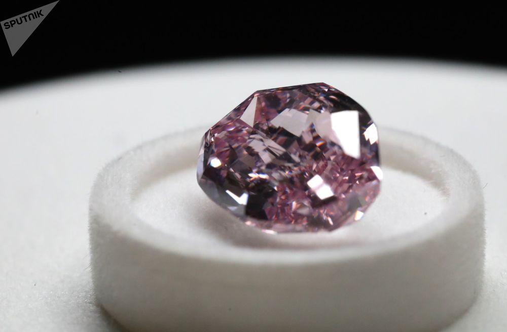 """Diamant """"Ušlechtilý šeříkový"""" na výstavě diamantů společnosti Alrosa, 11.06 karátů, ve formě polštářek"""
