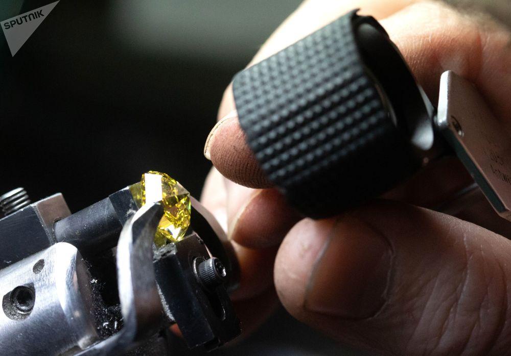 Zaměstnanec prohlíží diamant ve zpracovatelské dílně Brilianty Alrosa s. r. o. v Moskvě
