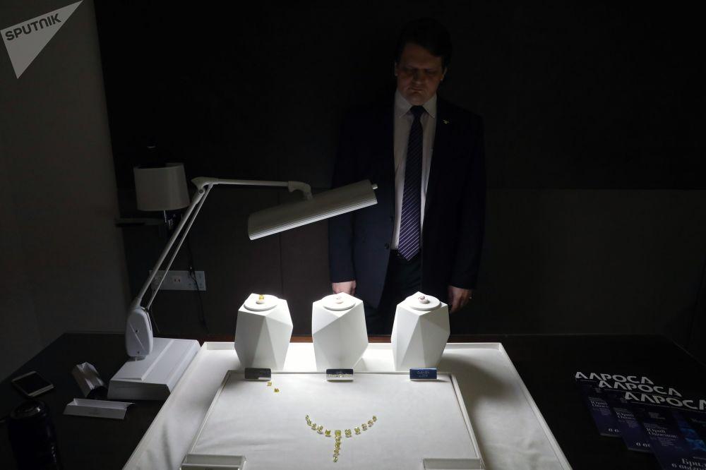 Ukázka diamantů společnosti Alrosa
