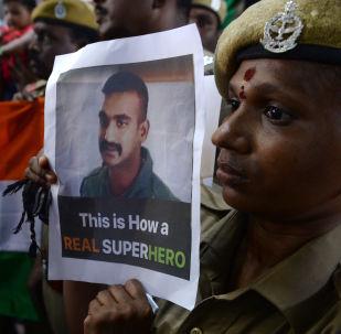 Indický voják s portrétem Abhinandana Varthamana