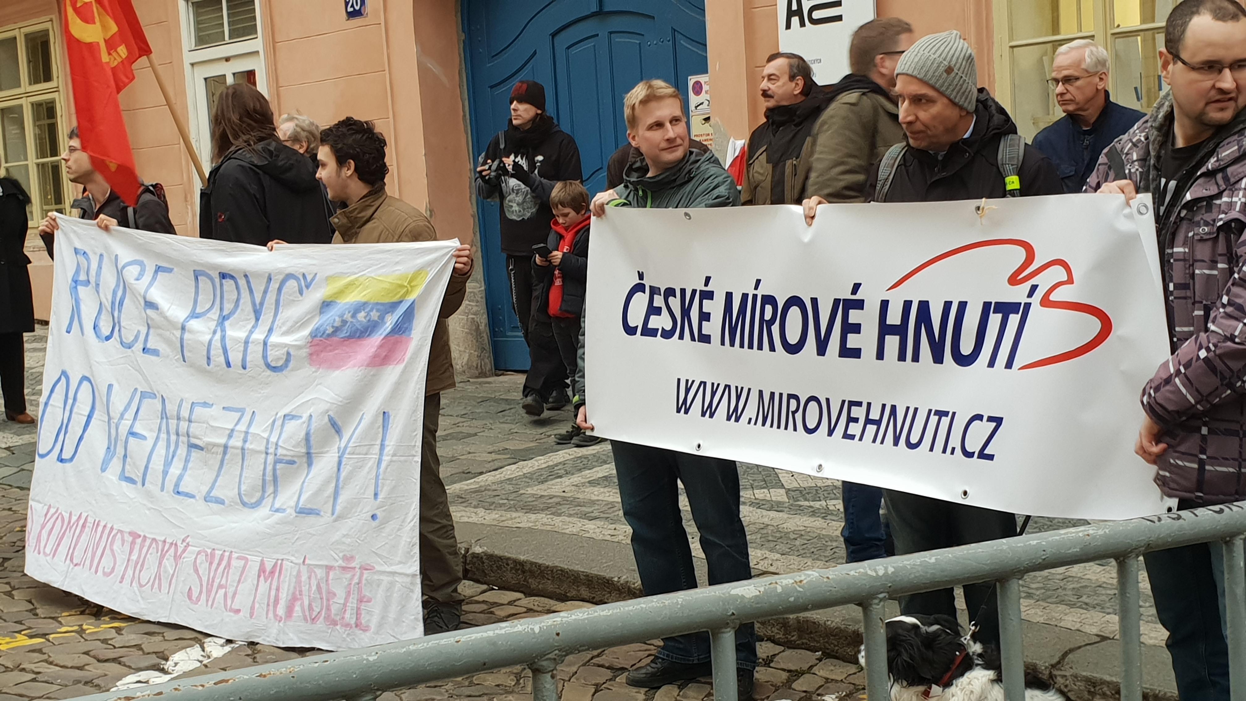 Vyjádření protestu proti US politice vůči Venezuele na Malé Straně v Praze