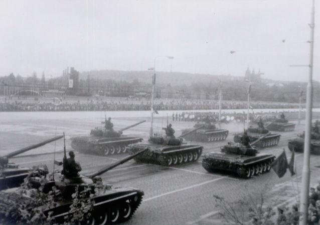 Tanky Československé lidové armády při přehlídce na počest Dne vítězství v roce 1985