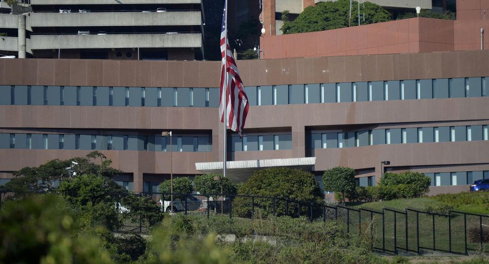 Americká vlajka vedle budovy amerického velvyslanectví v Caracasu