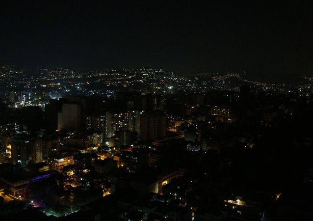 Ulice a domy v Caracasu s částečně obnovenými dodávkami energie.