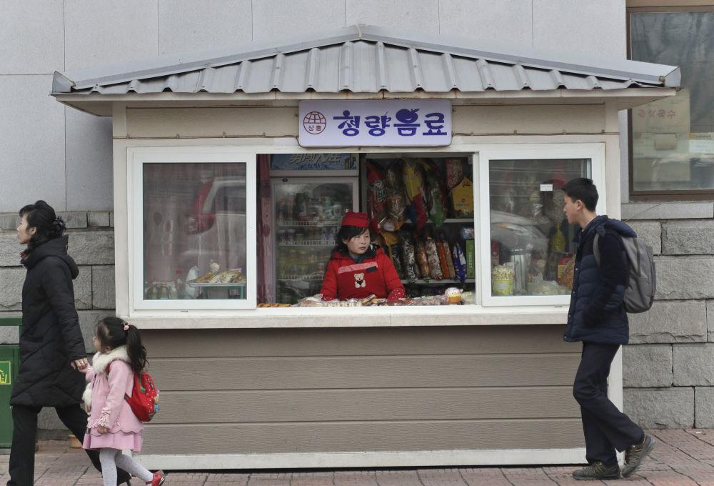 Stánek s jídlem v Pchjongjangu, Severní Korea.