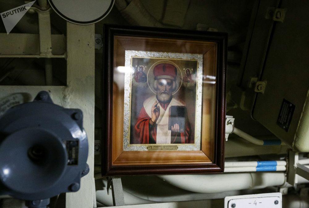 Ikona sv. Mikuláše z Myry uvnitř jaderné ponorky K-535 Jurij Dolgorukij.