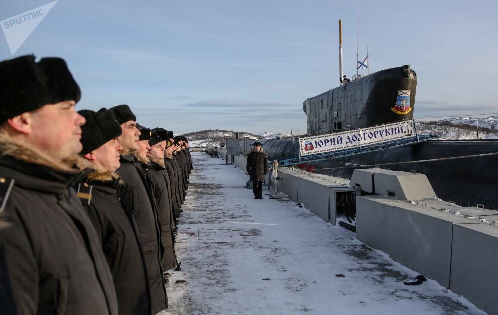 Členové posádky uvnitř jaderné ponorky K-535 Jurij Dolgorukij.