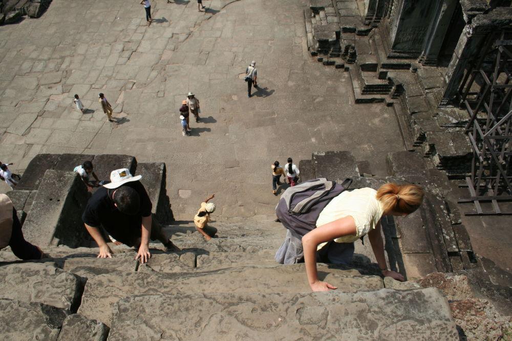 Schodiště se sklonem 70 stupňů v chrámu Angkor Vat v Kambodži.