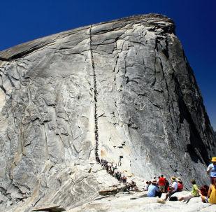 Zajištěná cesta na vrchol skalního útvaru Half Dome v USA.