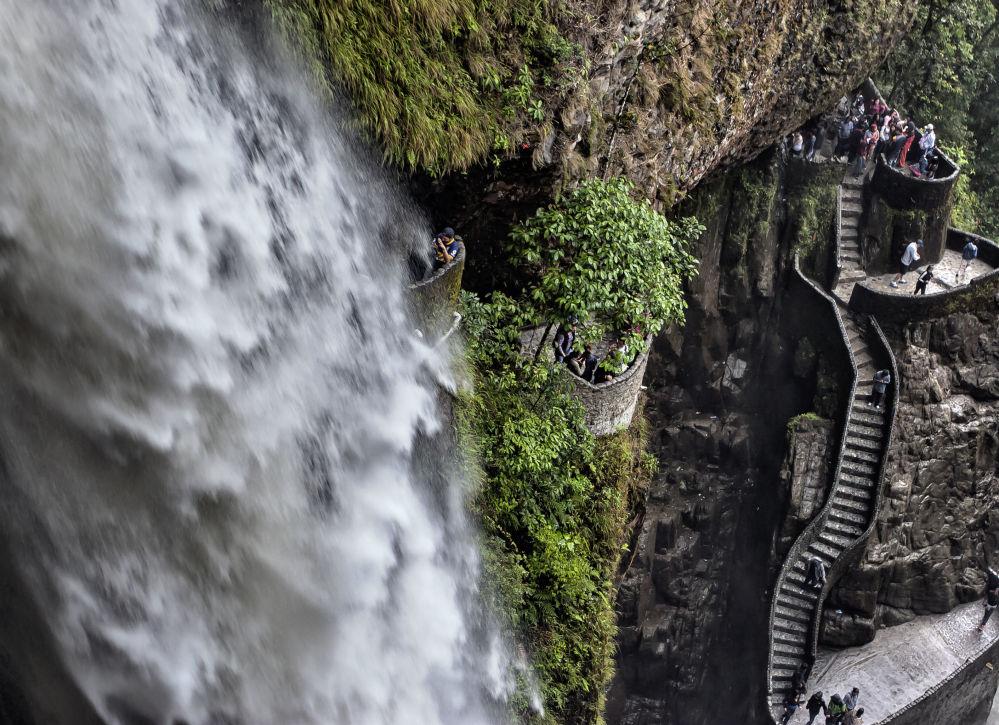 Schody vedle vodopádu Pailón del Diablo v Ekvádoru.