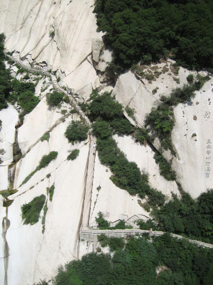 Schodiště na hoře Chua-šan v Číně.